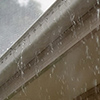 雨が強いときにポタポタと音がするイメージ写真